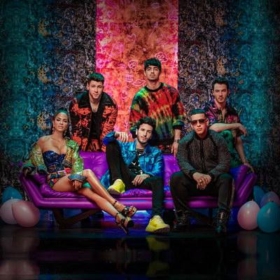 Jonas Brothers приняли участие в латиноамериканском празднике в клипе «Runaway» (Видео)